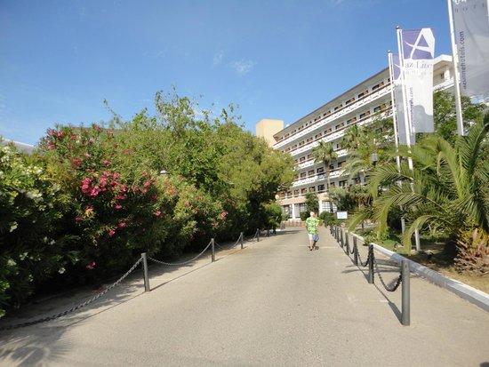 azuLine Hotel Bergantin: hotel driveway
