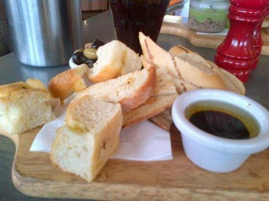 The Founder's Arms : bread and olives