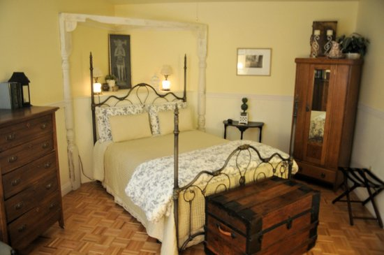 The Iron Gate Inn and Winery : My very large room at Iron Gate Inn