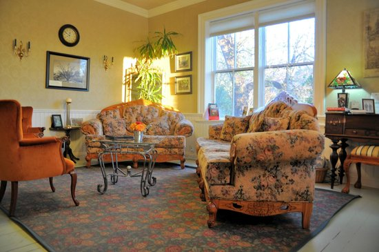 The Iron Gate Inn and Winery : The front parlor of Iron Gate Inn