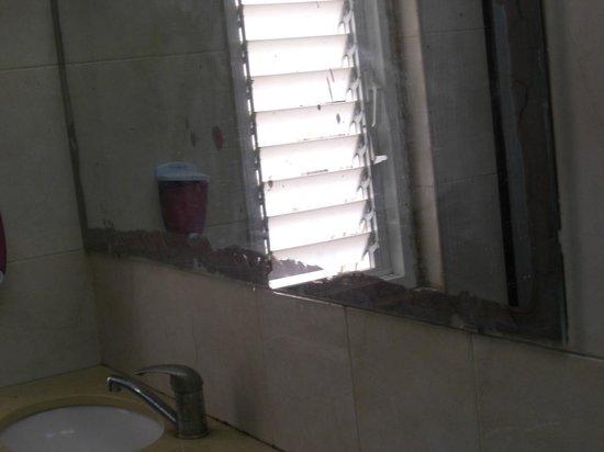 Momo's Hostel : Badezimmerspiegel