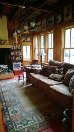 Hisega Lodge : Cozy library with a wonderful selection of books
