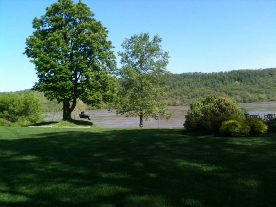Riverside Inn Bed & Breakfast: Back yard view with Eagles nests nearby.