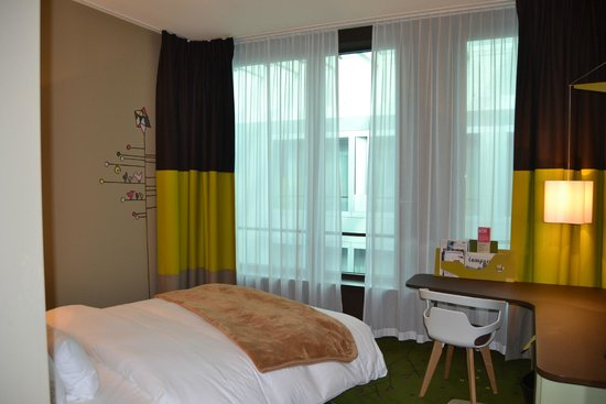 25hours Hotel Zurich West: Standard Room facing courtyard