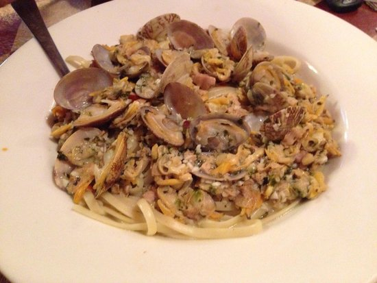 Victorio's Oyster Bar & Grille: Linguini and white clam sauce