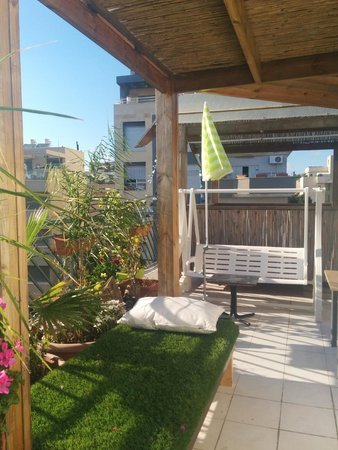 Dekel Guesthouse - Ramat Gan: rooftop's swing and tanning bed