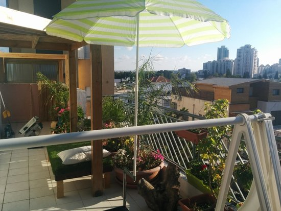 Dekel Guesthouse - Ramat Gan: rooftop's city view