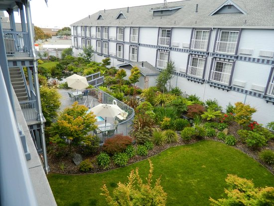 Best Western Plus Bayshore Inn: The garden in the middle of the hotel