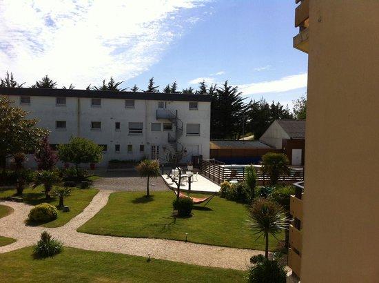 Hotel de la Pointe de Mousterlin : Vue sur jardin/piscine du balcon