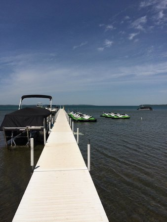 Sugar Beach Resort Hotel: Dock and boat and jet ski rental behind the resort!