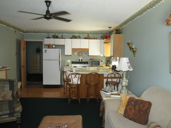 Serendipity Inn: kitchen/living area