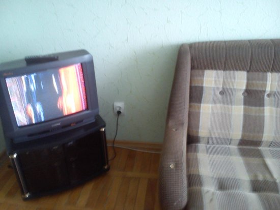 Azimut Hotel Vladivostok: Диван  и телевизор,  им давно пора на помойку.