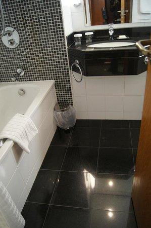 Hilton Belfast: Baño completo