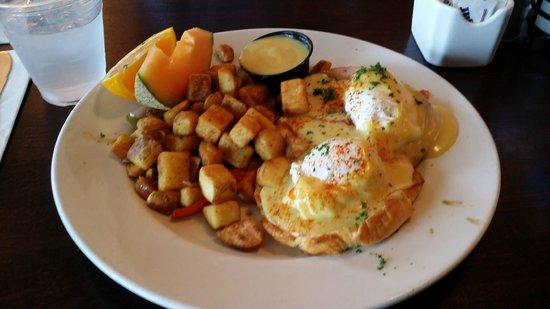 Moonstone Beach Bar & Grill: Eggs Benedict