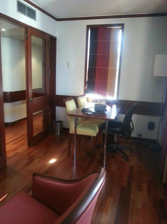 Holiday Inn Lisbon - Continental: Conference/sitting room of suite