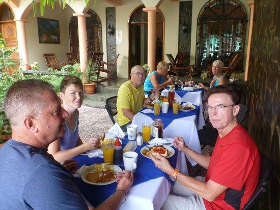 Royal Marinas Hostal: Breakfast on the patio