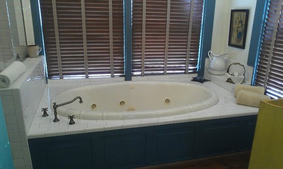 1840 Tucker House Bed and Breakfast: Courting Chamber Bath