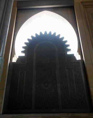 Mosquée Hassan II : Portal visto de dentro