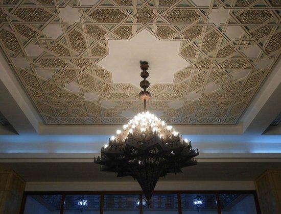 Mosquée Hassan II : Lustre interno em metal - ricamente trabalhado