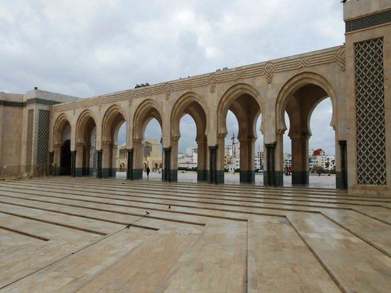 Mosquée Hassan II : Grandiosos arcos externos