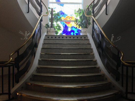 Hotel La Solitude : Stair case from lower dining room