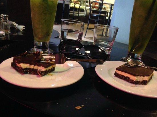 Joma Bakery Cafe : Green lemon tea and nanaimo