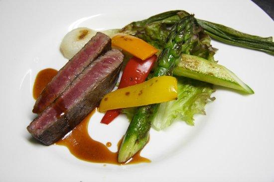 Pension Raccoon: 牛肉のステーキ 焼き野菜を添えて