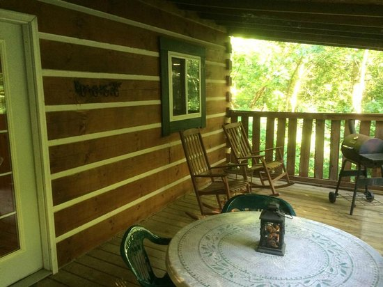 Comfort in the Woods Cabins : Back porch