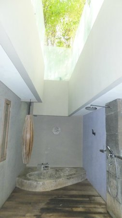 Blue Karma Hotel: The bath and rain shower are open to the elements overhead