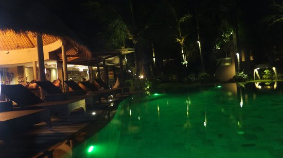 Blue Karma Hotel: The pool and bar area by night