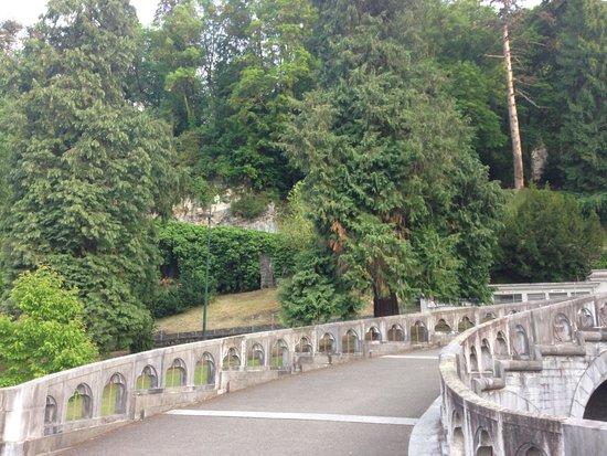 Sanctuaire Notre Dame de Lourdes : the grounds
