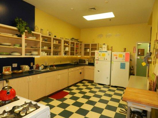 Hostel Buffalo-Niagara: kitchen