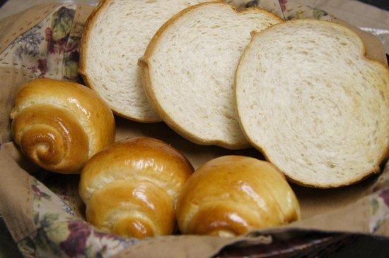 Pension Raccoon: 朝食のパンは、食パンとバターロールどちらも自家製となっております。