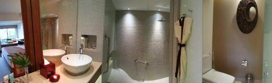 Outrigger Laguna Phuket Beach Resort : Spacious, clean and beautiful bathtub with shower
