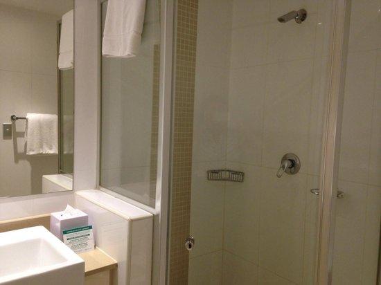 Meriton Serviced Apartments Kent Street: Meriton Kent - Studio - SdB douche
