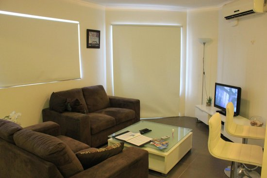 Surfers Riverside Apartments: Living room