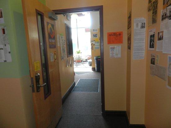 Hostel Buffalo-Niagara: walking to the front desk