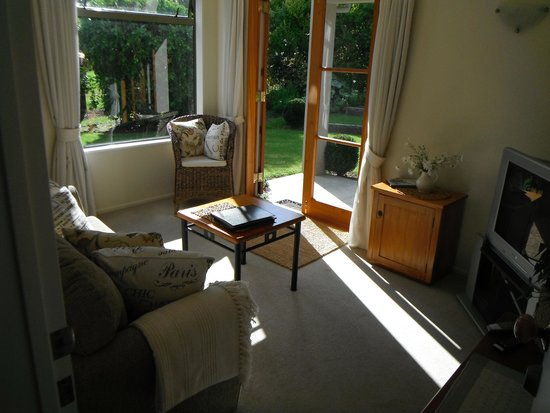 Flaxhaven Lodge: guest wing sitting area