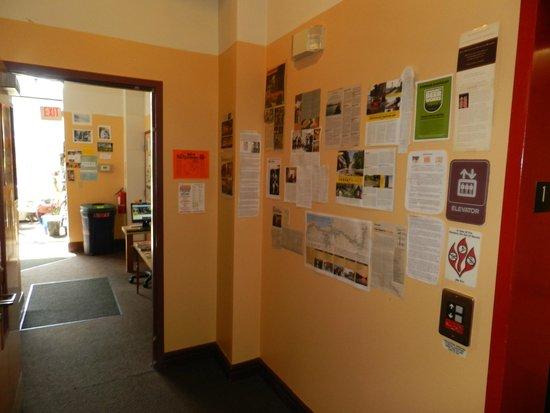 Hostel Buffalo-Niagara: info wall