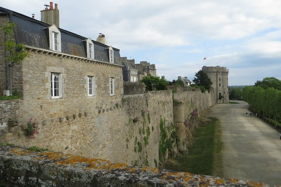 Hotel Le d'Avaugour : View of the city wall from the back garden