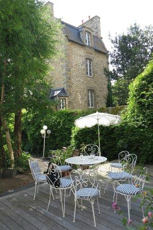 Hotel Le d'Avaugour : back garden of the hotel
