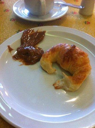 Posada Los Alamos: Medialuna + Dulce de Leche no café da manhã