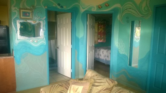 Maui Ocean Breezes: Bedroom and bathroom, love the wall art