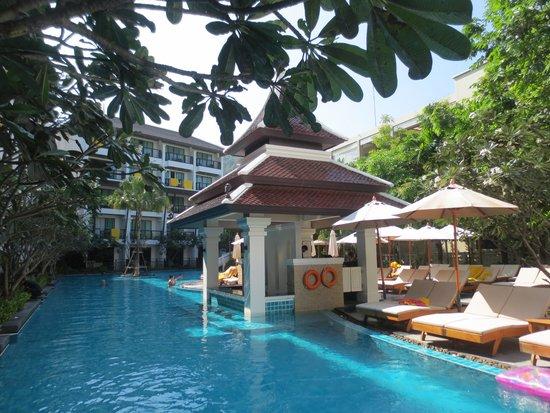 Deevana Plaza Krabi Aonang : General views of the hotel and pool