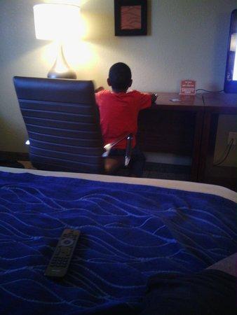 Comfort Inn & Suites: Business desk in room
