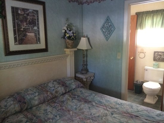 Lamplighter Motel: Venetian Room: second bedroom and walk through bathroom