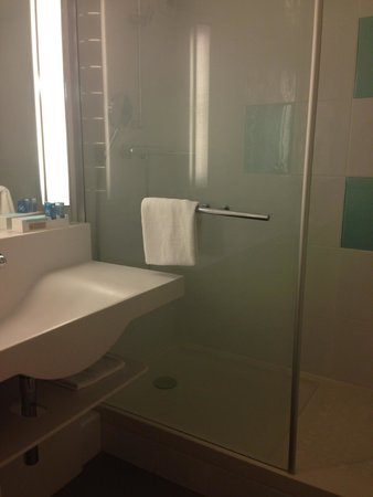 Ibis Styles Tours Sud : Wheelchair bathroom