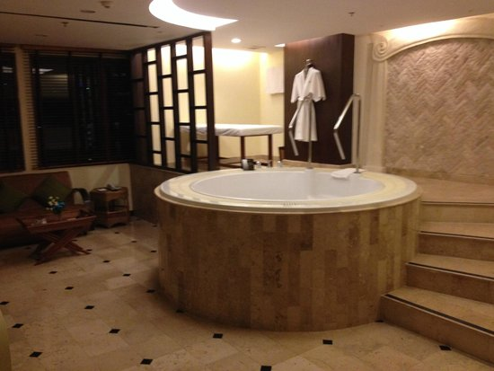 Davis Bangkok: The room with the sauna Jacuzzi tub