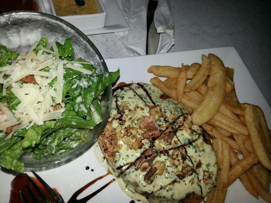 Paprika: Chicken breast with salad and fries