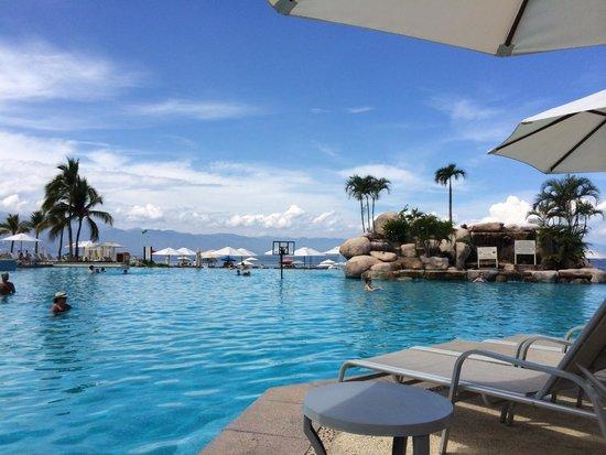 Casa Magna Marriott Puerto Vallarta Resort & Spa: Laying by the Pool